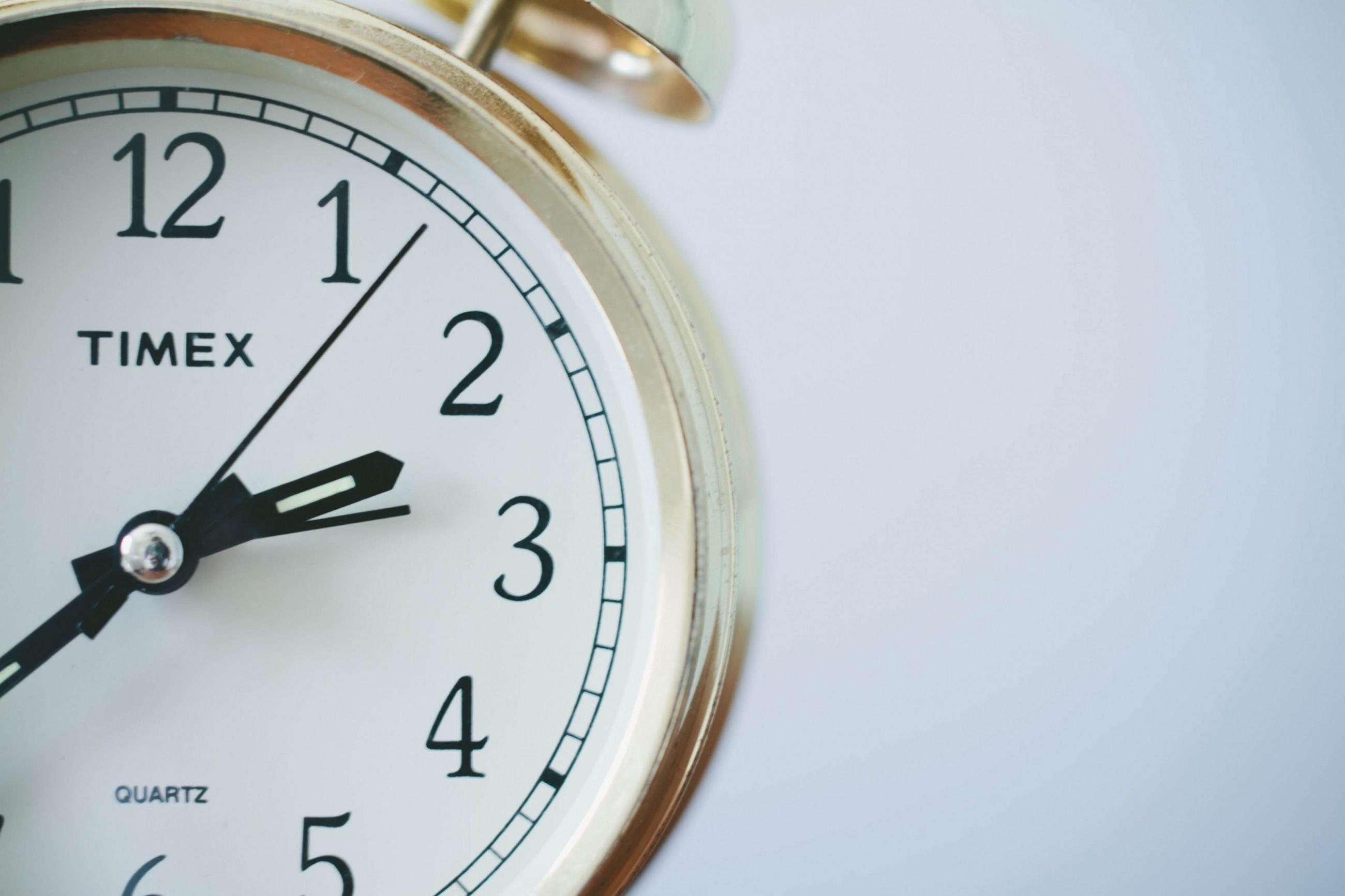 Đồng hồ chuông quả nấm làm nền cho đồng hồ đếm ngược